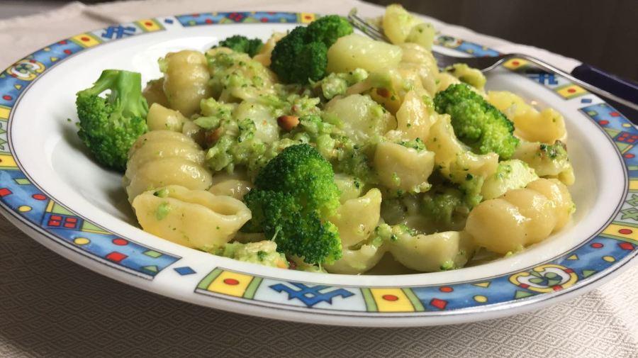 Pasta ar kartupeļiem un brokoļupesto