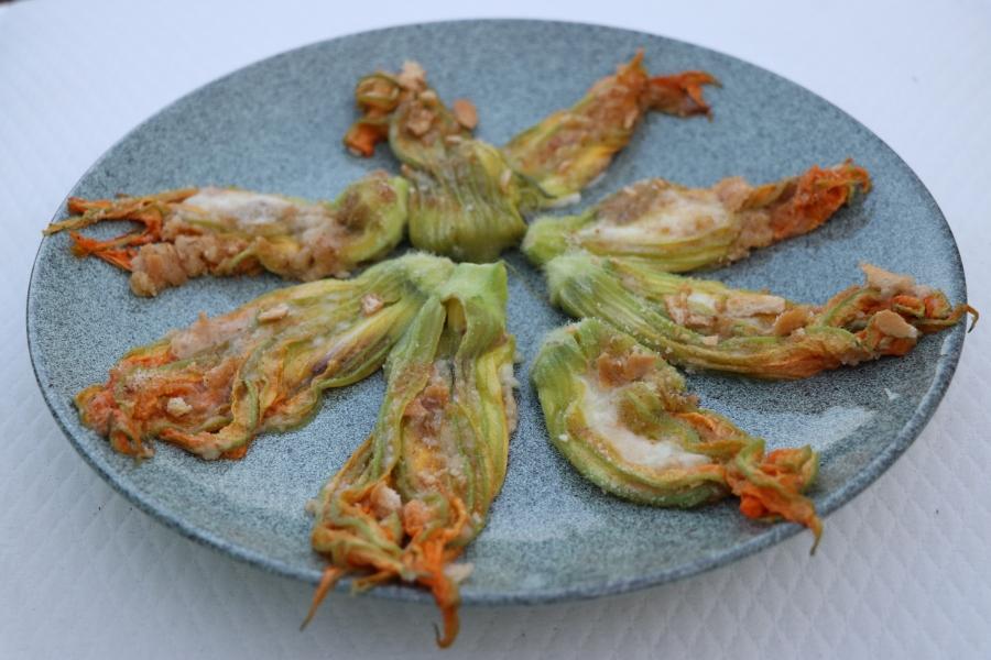 Krāsnī cepti cukini ziedi, pildīti ar mocarellas sieru un sālītiemanšoviem