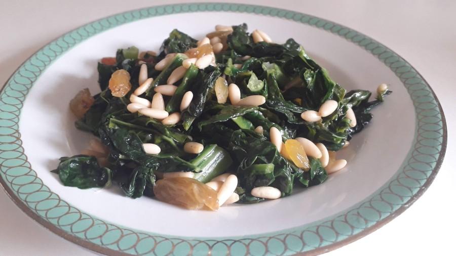 Kale, keila vai lapu kāpostu salāti – Cavolo nero con pinoli euvetta