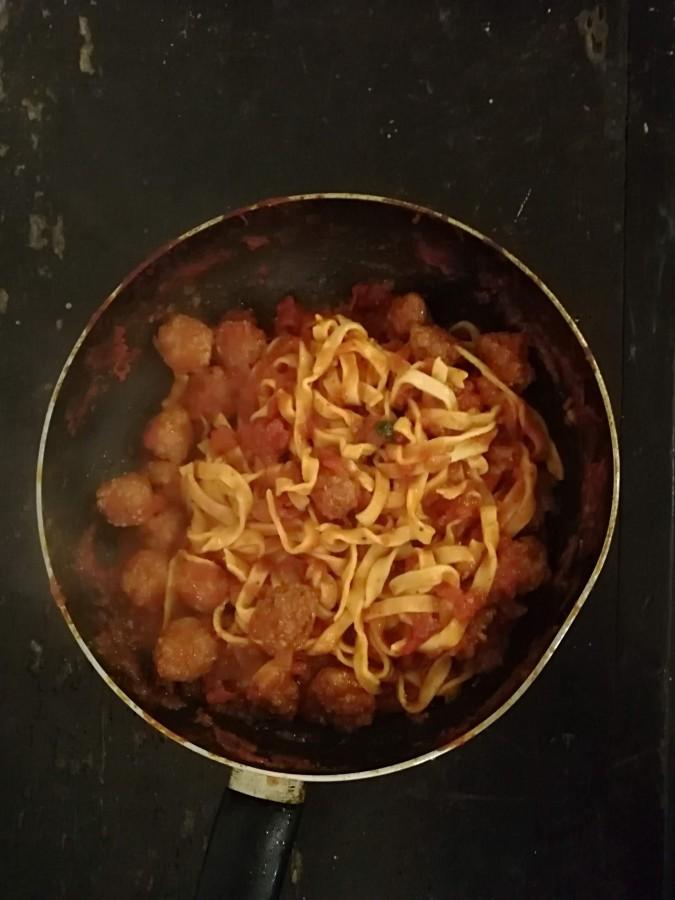 Gaļas frikadelītes tomātumērcē.