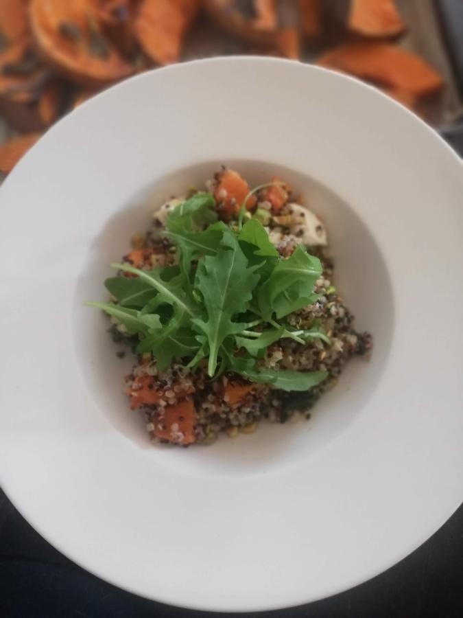 Kvinojas salāti ar ķirbi un mocarelassieru